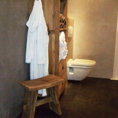 Badkamer in middengrijs Beton Ciré